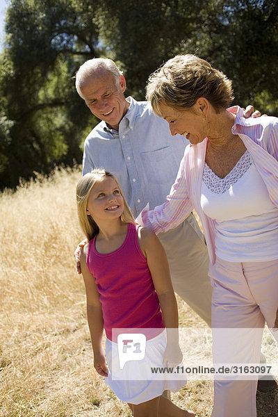 Großeltern mit ihrer Enkelin in einem park