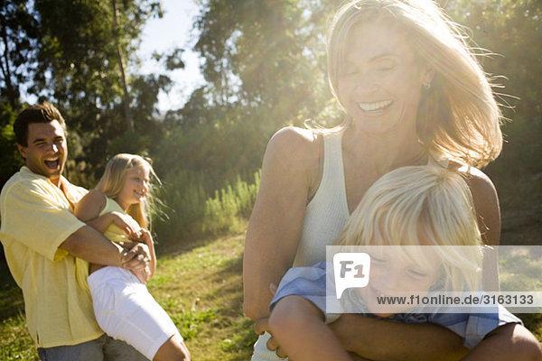 Eine Familie spielen in einem park