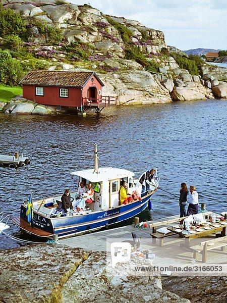 Ein Boot von Felsen in den Schären Schweden.