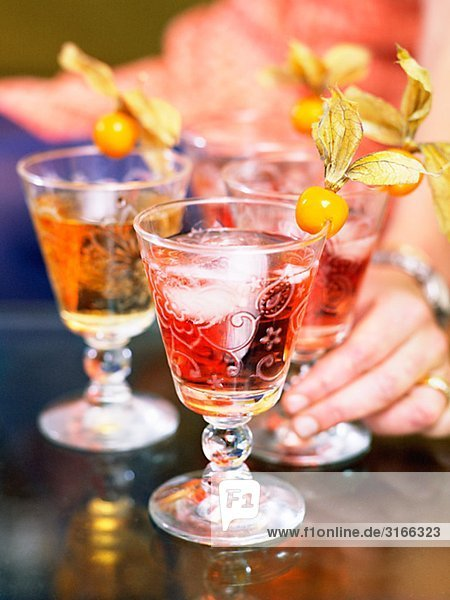 Cocktails dekoriert mit Physalis  Schweden. Cocktails dekoriert mit Physalis, Schweden.