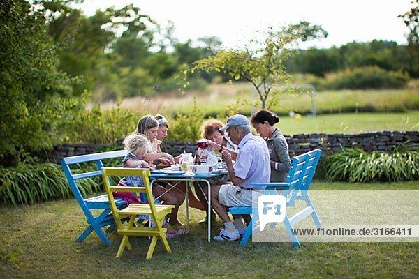 Garten Mehrgenerationen Familie essen essend isst