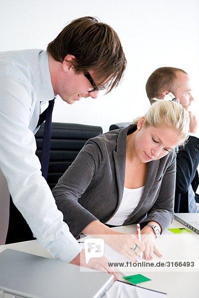 Drei Menschen  die ein Business-Meeting  Schweden.