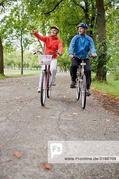 Ein paar Radfahren in einem Park  Schweden.