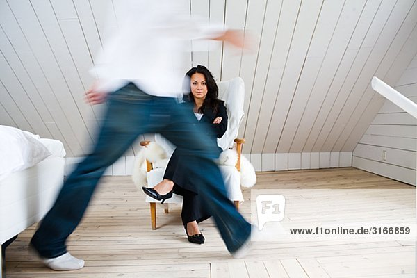 Ein Mann und eine Frau in einem Schlafzimmer-Schweden.
