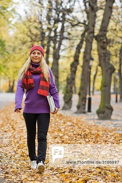 Eine Frau in einem Park im Herbst Schweden.