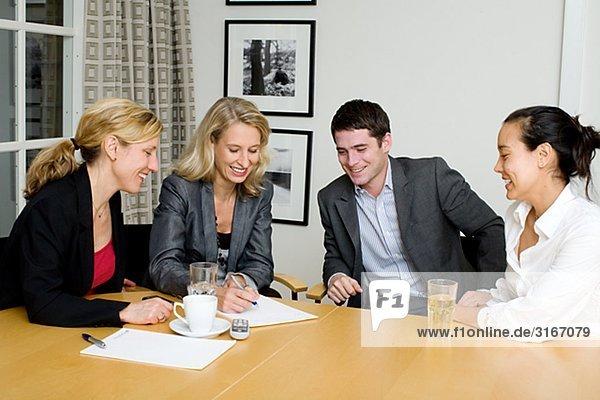 Vier Leute sitzen an einem Tisch Schweden.