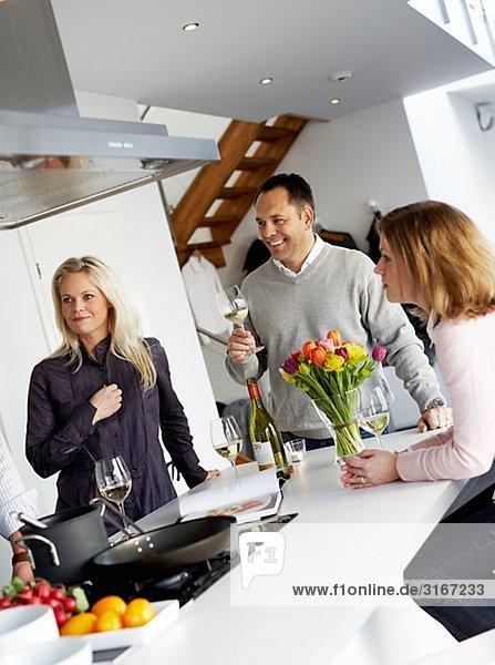 Zwei Frauen und ein Mann in einer Küche Schweden.