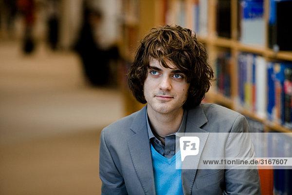 Eine männliche Studenten in einer Bibliothek Schweden.
