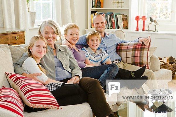Mehr Generationen Familie sitzen in einem Sofa  Schweden.