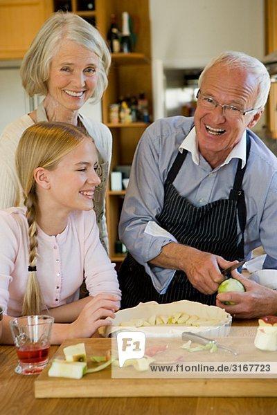 älteres Paar Bäckerei mit ihrer Enkelin  Schweden.