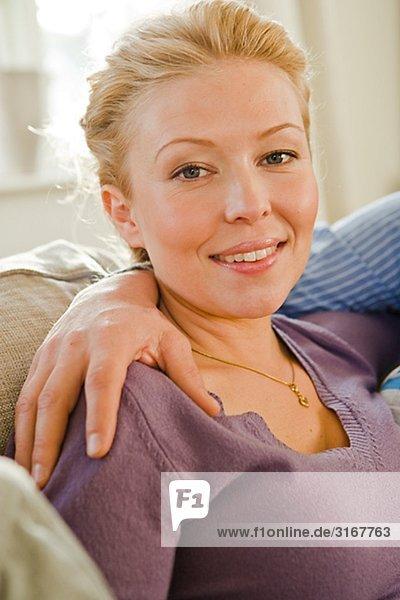 Portrait einer Frau mit einem männlichen Arm um ihre Schultern  Schweden.