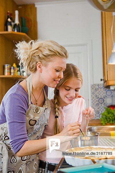 Mutter und Tochter mit einem frisch gebackenen Kuchen  Schweden.
