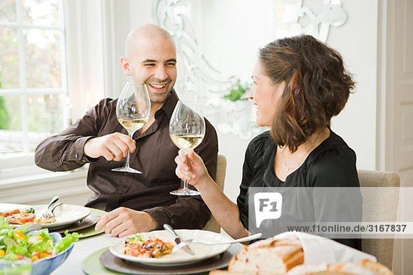 Mann und Frau auf einer Dinnerparty  Schweden.