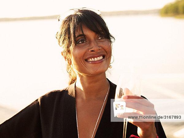 Eine Frau mit einem Glas Wein  Schweden.