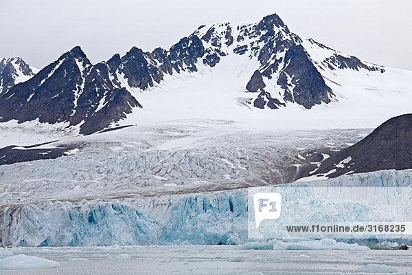 Berge und Gletscher in Svalbard Norwegen.
