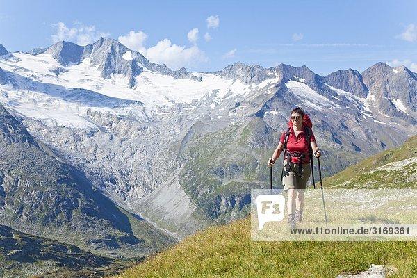 Frau wandert in den Zillertaler Alpen  Tirol  Österreich  Frontalansicht