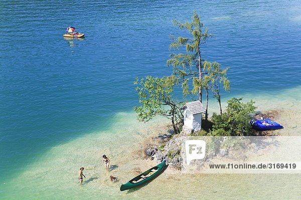 Familie auf einer kleinen Insel im Wolfgangsee  Salzkammergut  Österreich  Vogelperspektive