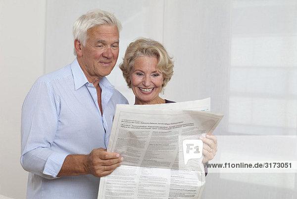 Seniorenpaar liest Zeitung Seniorenpaar liest Zeitung