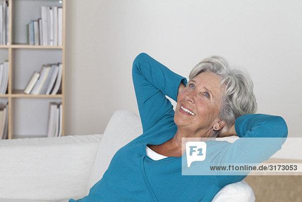 Entspannte Seniorin auf der Couch Entspannte Seniorin auf der Couch