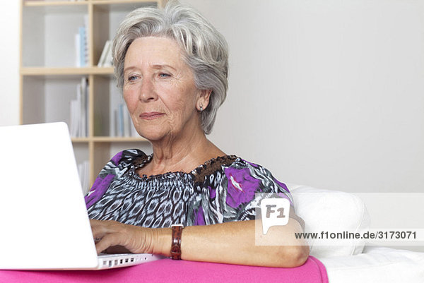 Seniorin benutzt Laptop Seniorin benutzt Laptop