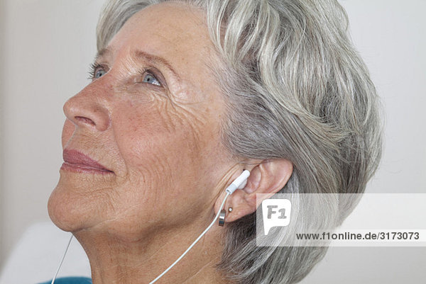 Seniorin hört Musik Seniorin hört Musik