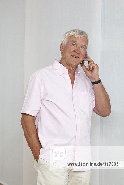 Senior telefoniert mit Handy Senior telefoniert mit Handy