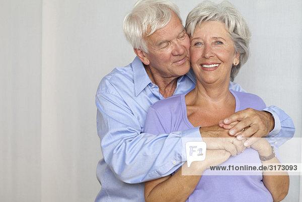 Glückliches Seniorenpaar umarmt sich Glückliches Seniorenpaar umarmt sich