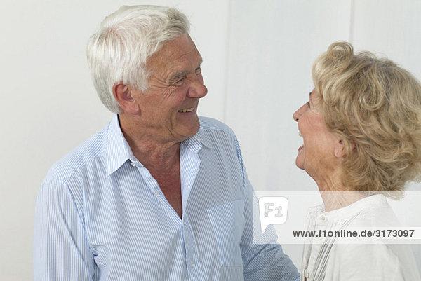 Glückliches Seniorenpaar schaut sich an Glückliches Seniorenpaar schaut sich an