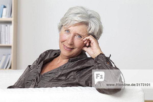 Zufriedene Seniorin auf der Couch Zufriedene Seniorin auf der Couch