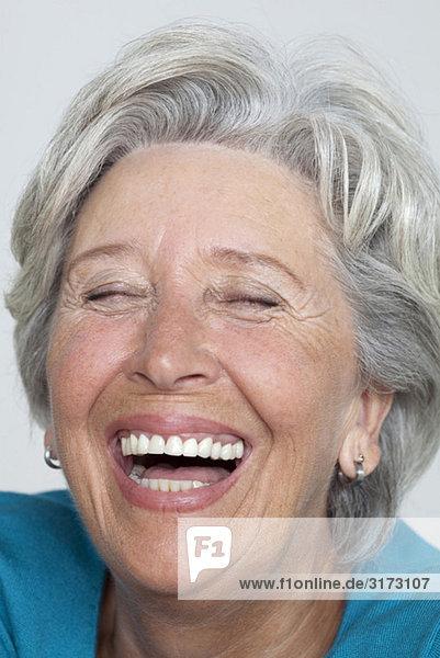 Lachende Seniorin Lachende Seniorin