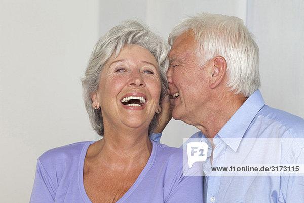 Seniorenpaar flüstert miteinander Seniorenpaar flüstert miteinander