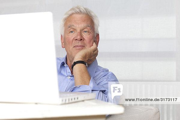 Senior benutzt Laptop Senior benutzt Laptop