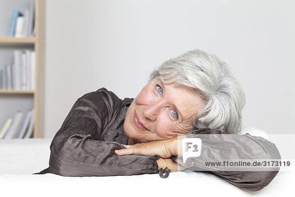 Zufriedene Seniorin auf der Couch