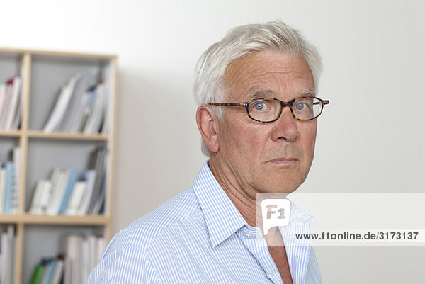 Nachdenklicher Senior mit Brille Nachdenklicher Senior mit Brille