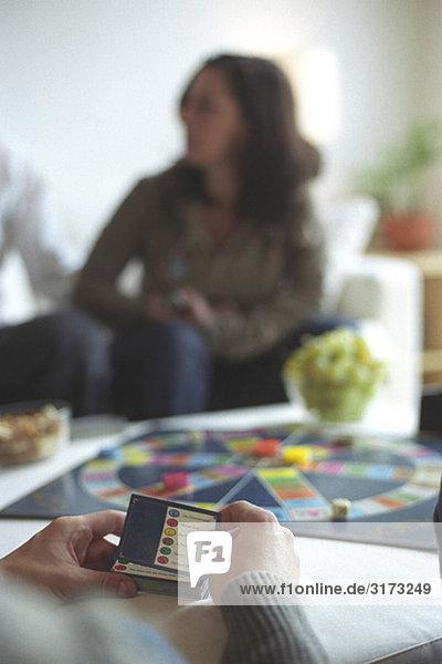 Menschen spielen Trivial Pursuit - Spieleabend