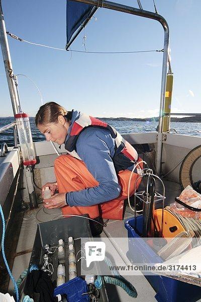 Weibliche marine Forscher auf einem Boot  Schweden.