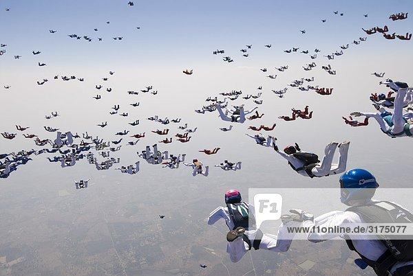 Fallschirmspringer versucht  einen Weltrekord in Formation springen zu machen.