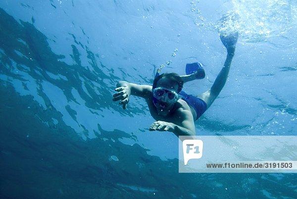 Wasser unterhalb blau schwimmen