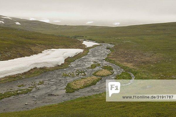 Schmelzwasser in der Tundra  Kongsfjordsfjellet  Norwegen.