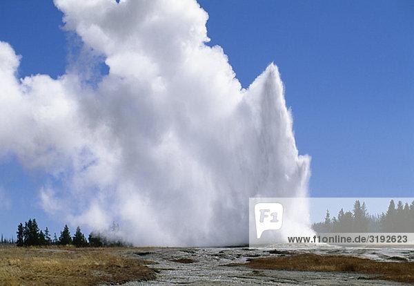 Himmel unterhalb Vulkanausbruch Ausbruch Eruption Geysir blau