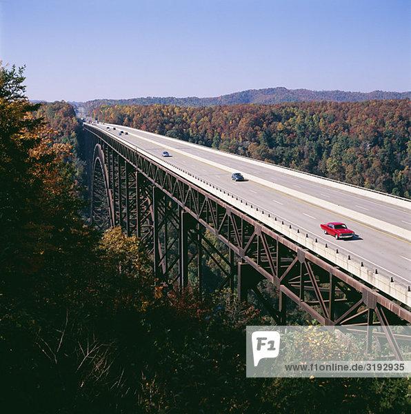 Fahrzeuge auf Brücke  erhöhte Ansicht