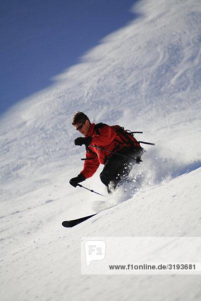 Skifahrer im Schnee  Telemark  Schweden.