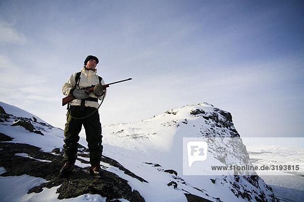 Ein Jäger auf einer Expedition im Norden von Schweden Grouse-schießen.