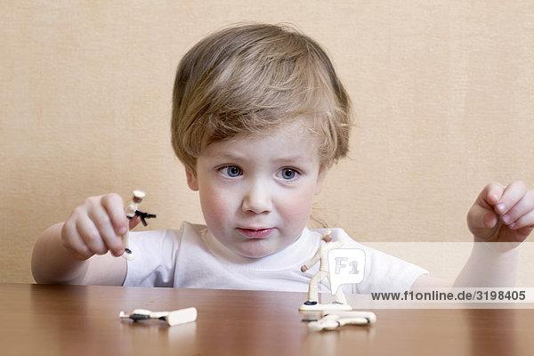 Portrait von kleinen Jungen mit Spielzeugsoldaten spielen Portrait von kleinen Jungen mit Spielzeugsoldaten spielen