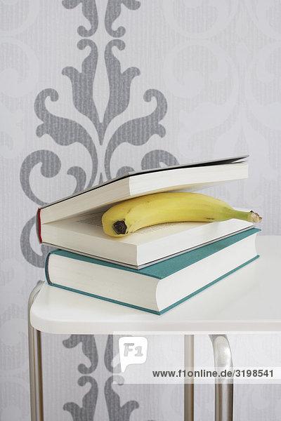 Banane und Bücher über Tabelle