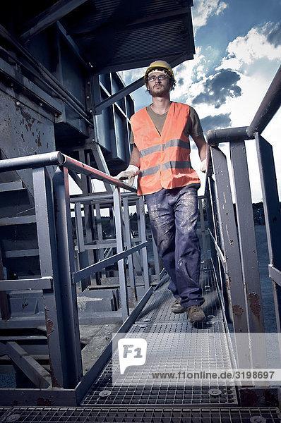 Ganzkörper Portrait des Arbeitnehmers mit großer Öffentlichkeitswirkung Kleidung