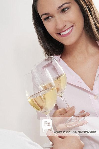 Paar Gläser Wein das rösten und lächelnd