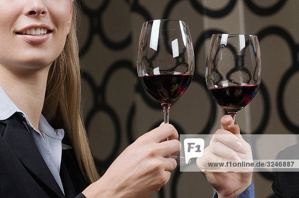 Geschäftsfrauen Rösten mit Wein Geschäftsfrauen Rösten mit Wein