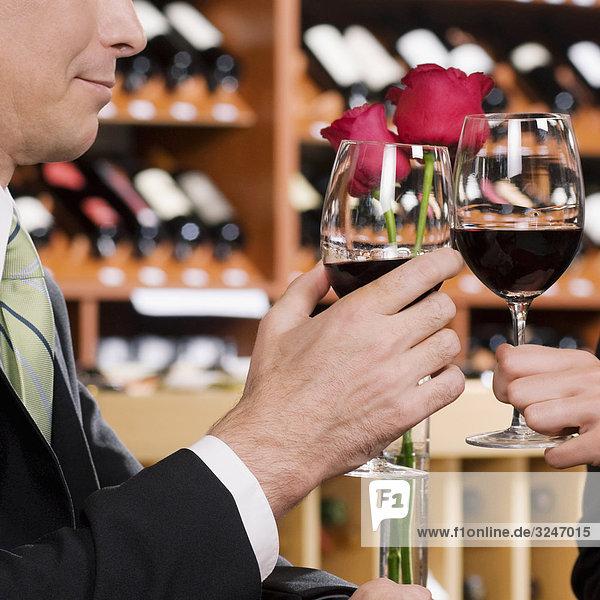 Business Paar stößt an mit Wein
