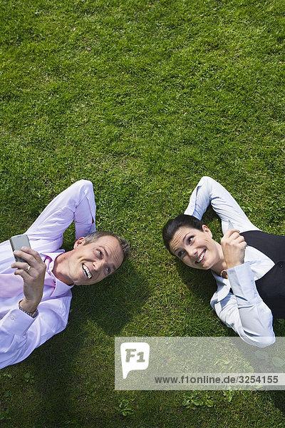 Ein Geschäftsmann und ein geschäftsfrau auf das Gras  Stockholm  Schweden.